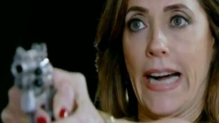 Fina Estampa: Tereza Cristina mete bala em René para mantê-lo em casa
