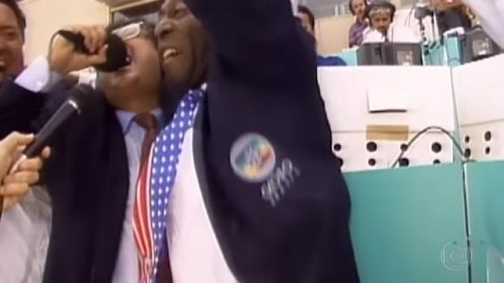 Imagem de Galvão Bueno gritando abraçado a Pelé foi transmitido para o mundo todo - Reprodução