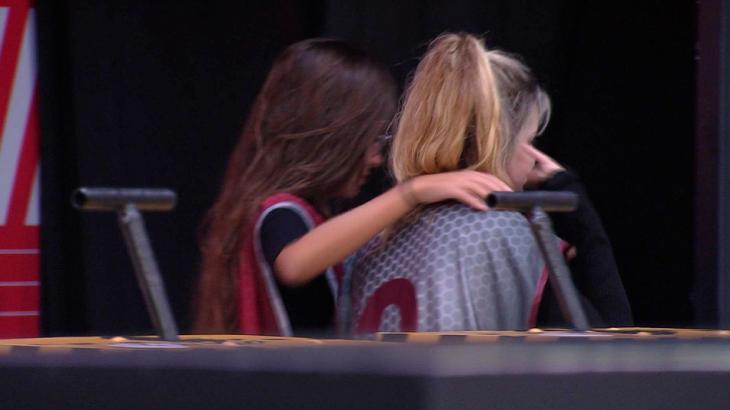 Thaís abraçando Viih Tube após as duas desistirem da prova do líder no BBB21