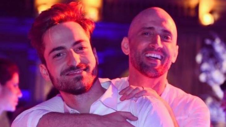 Thales Bretas e Paulo Gustavo de branco em festa