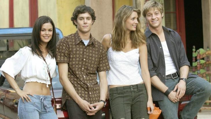 Os personagens Summer, Seth, Marissa e Ryan posam juntos em cartaz de The OC