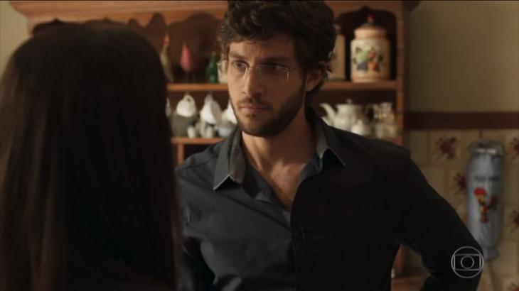 Danilo em Amor de Mãe de óculos