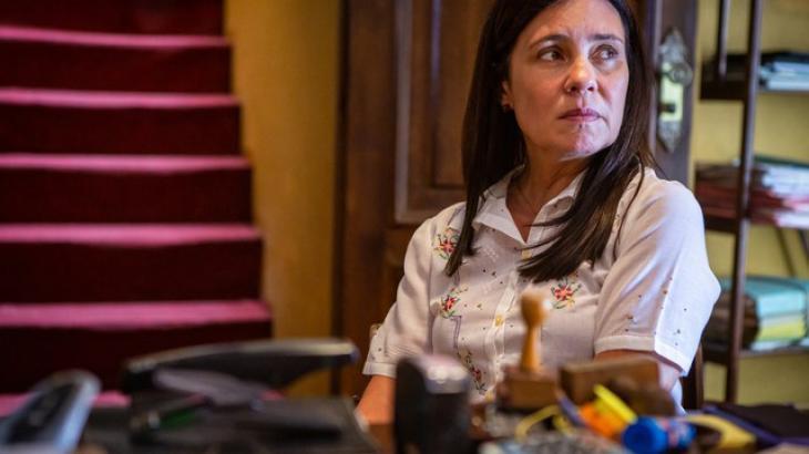 Thelma descobrirá que o namorado usa seu restaurante como depósito de armas em Amor de Mãe. Foto: Divulgação