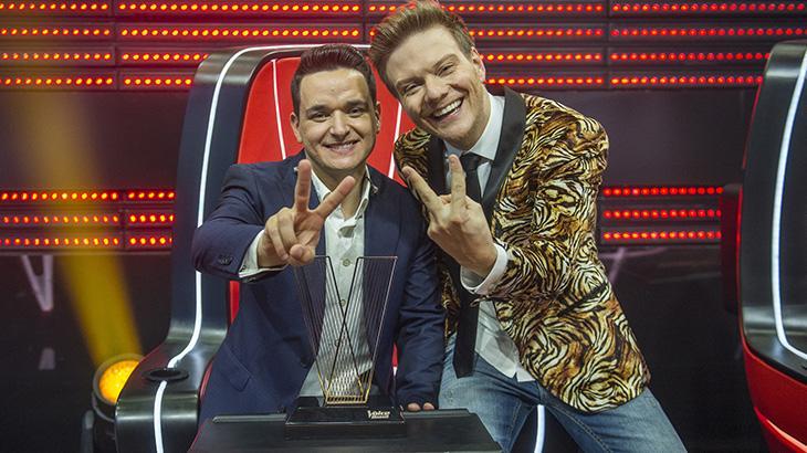 Léo Pain e Michel Teló fazem o símbolo do The Voice