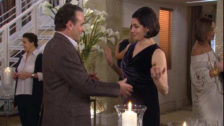 Cena de Ti Ti Ti com Gino quase dançando com Rebeca