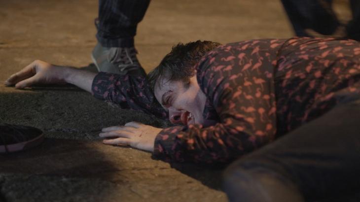 Max é derrubado no chão e leva chutes em Totalmente Demais - Reprodução/TV Globo