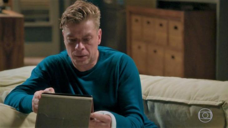 Arthur vendo no tablet Eliza com Rafael