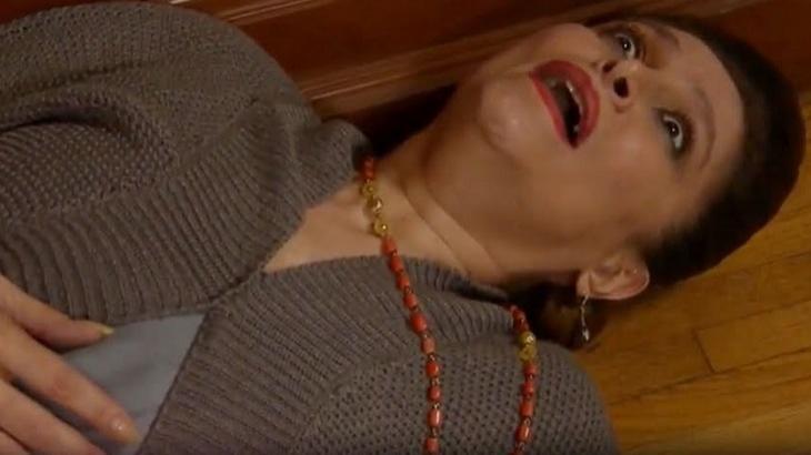 Cena de Triunfo do Amor com Bernarda deitada com a boca aberta