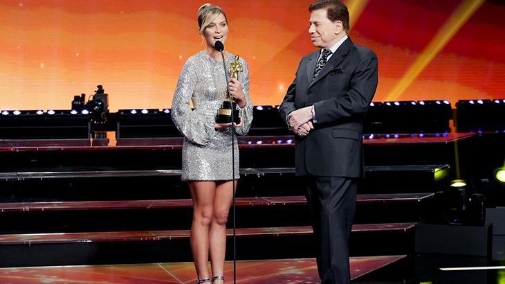 Isabella Santoni recebeu troféu e fez sucesso com Silvio Santos - Foto: Lourival Ribeiro/SBT