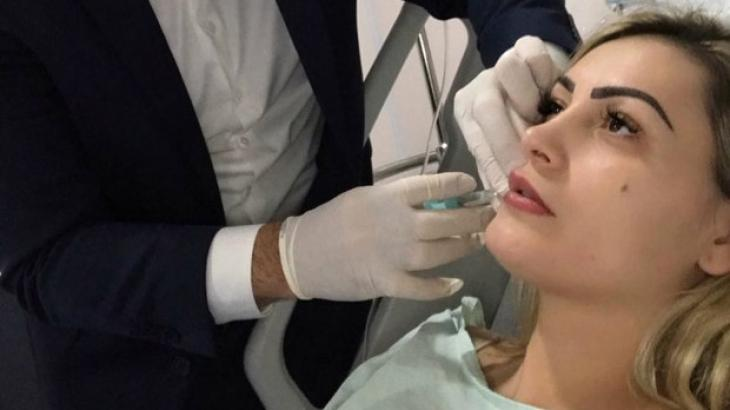 Andressa Urach sofrendo procedimento estético