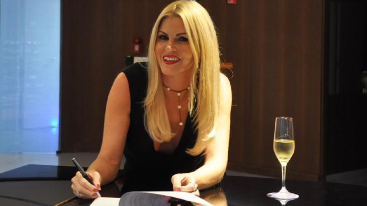Contrato foi assinado na sede da emissora, em Osasco (SP) - Divulgação/RedeTV!