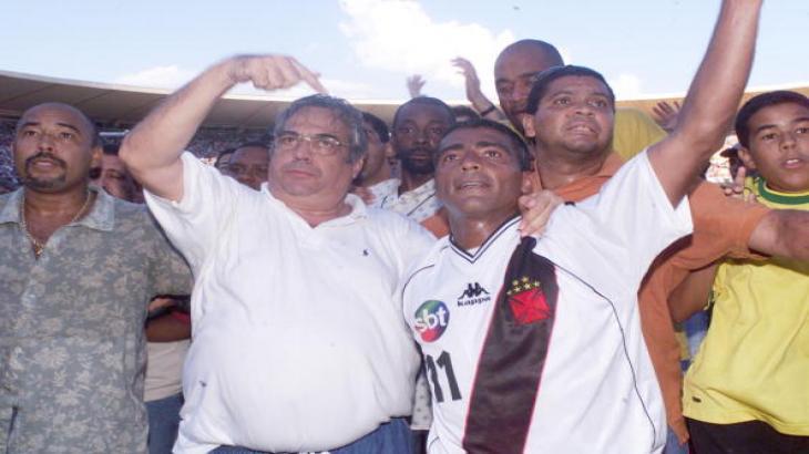 Eurico Miranda comemorando o título ao lado do Romário (Reprodução)
