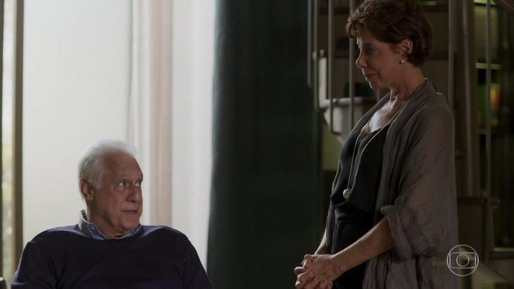 Vera e Alberto já discutem a relação em Bom Sucesso - Reprodução/TV Globo