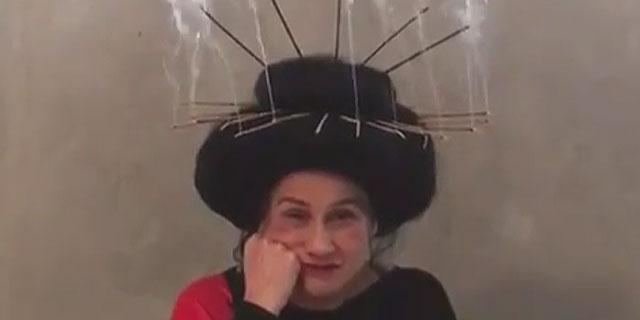 Vera Holtz posta vídeo com incensos acesos na cabeça; assista