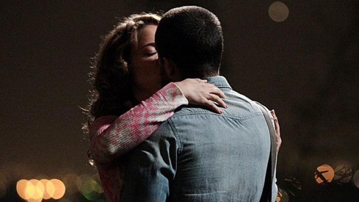 Vicente e Cristina se beijando