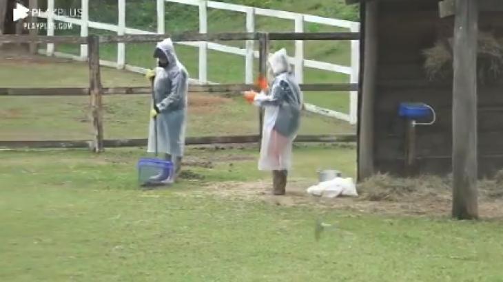 Victória Villarim e Carol Narizinho se ajudando nas tarefas