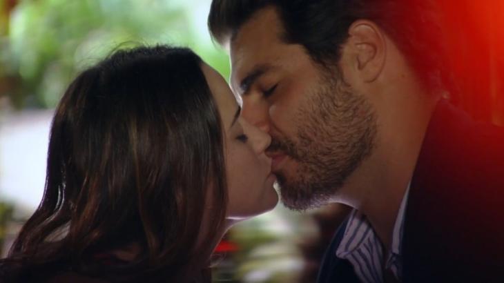 Ana e Lúcio em A Vida da Gente se beijando