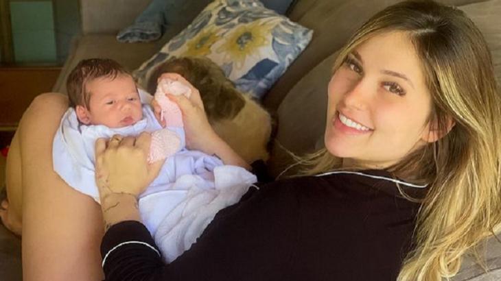 Virgínia Fonseca com a filha no colo
