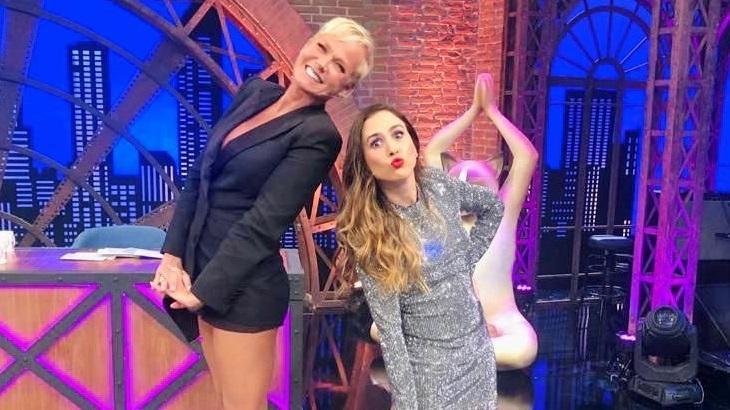 Xuxa ao lado de Tatá Werneck no cenário do Lady Night, programa de entrevistas exibido no Multishow