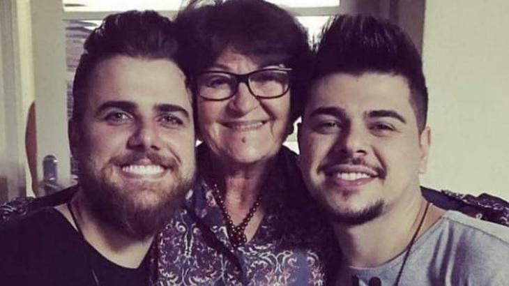 Zé Neto, Zenaide Táparo e Cristiano posam para foto; mãe do sertanejo morreu neste domingo (13)