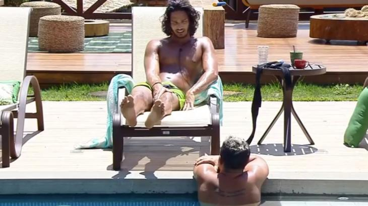 Na piscina, João Zoli comenta com Evandro Santo sobre a trajetória do pai - Foto: Reprodução
