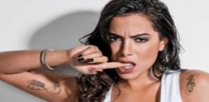 Anitta com dedo na boca