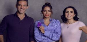 Anitta com cartão do Nubank e CEOs da empresa