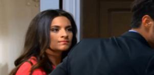 Cena de Coração Indomável com Maricruz olhando para um homem, de costas, e com cara de brava
