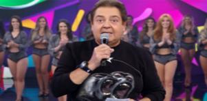 Faustão no palco do seu programa na Globo e tendo ao fundo suas bailarinas