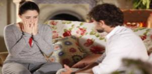 Assustada, Ana leva as mãos ao rosto enquanto Rodrigo fala com ela