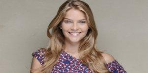 Isabella Santoni sorrindo para foto com cabelo solto