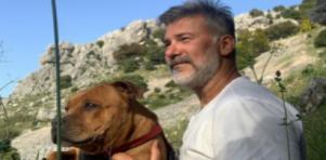 Leonardo Vieira segurando seu cachorro