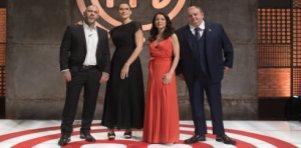 Henrique Fogaça, Paola Carosella, Ana Paula Padrã e Érick Jacquin posando para fotos no cenário do MasterChef