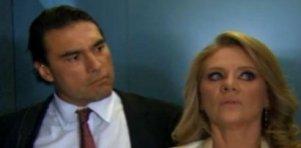 Cena de Amores Verdadeiros com Jose Angelo olhando para Vitória
