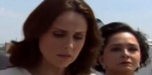 Cena de Amores Verdadeiros com Adriana cabisbaixa com Candelária atrás dela