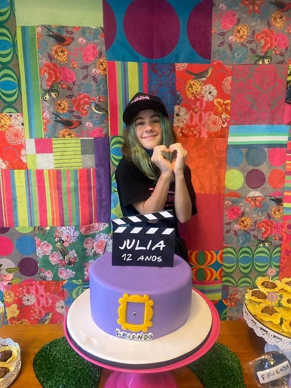 Atriz mirim de Desalma, Juliah Mello, comemora aniversário com o tema de Friends