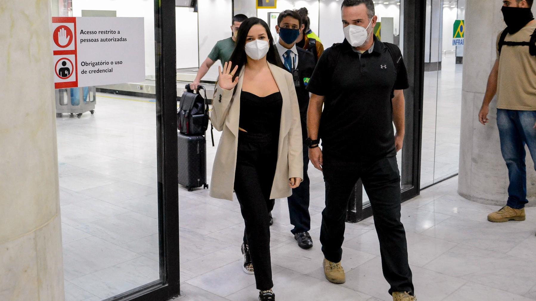 Juliette desembarca cercada por seguranças no Rio e causa frisson