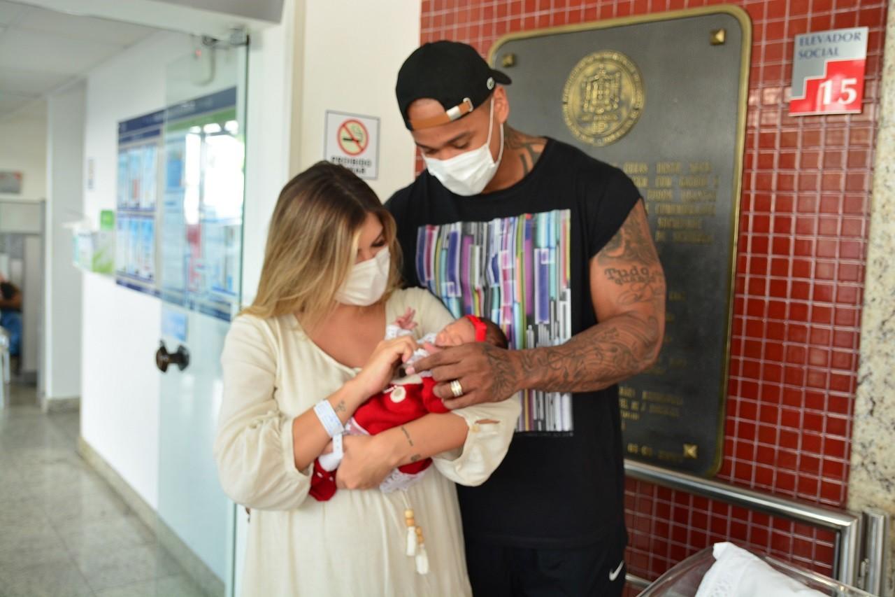 Lorena Improta e Léo Santana deixam maternidade com a filha