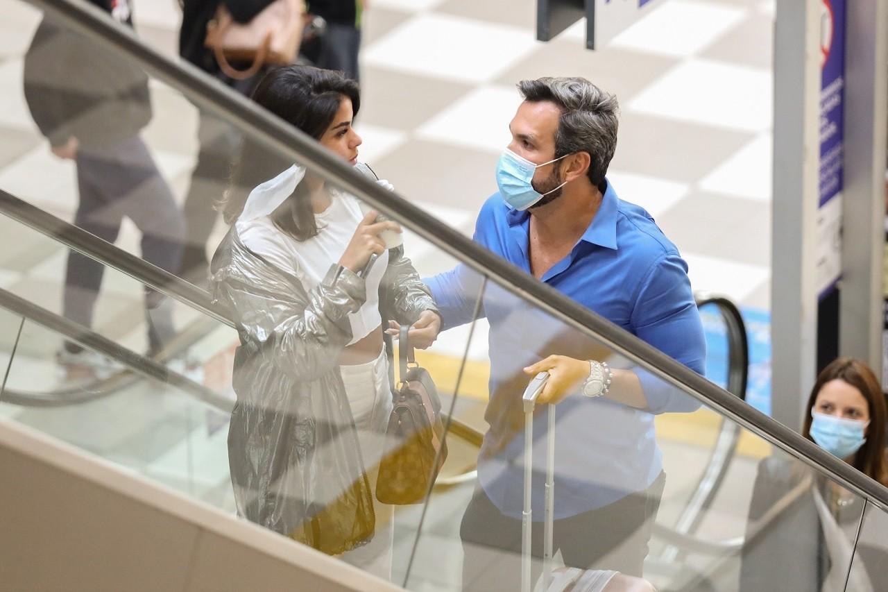 Ex-BBB Munik é flagrada aos beijos com empresário em aeroporto de SP