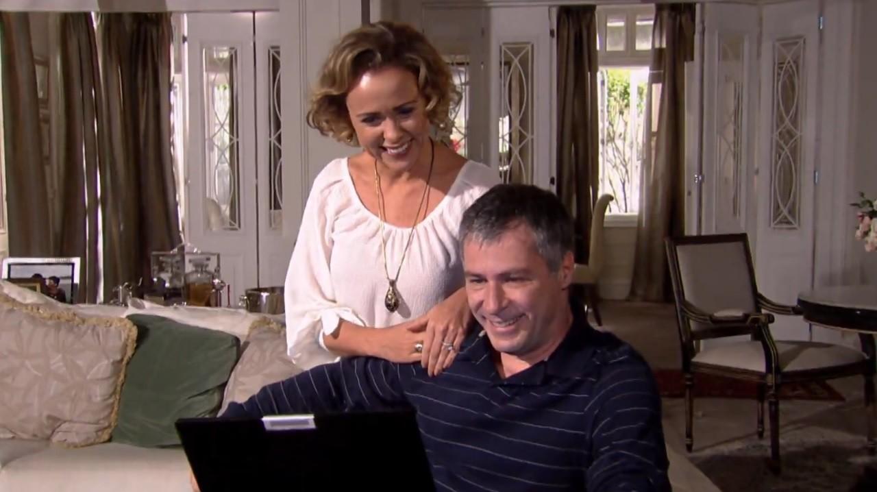Ti Ti Ti: Julinho e Thales têm final feliz com bênção de ex-homofóbicos