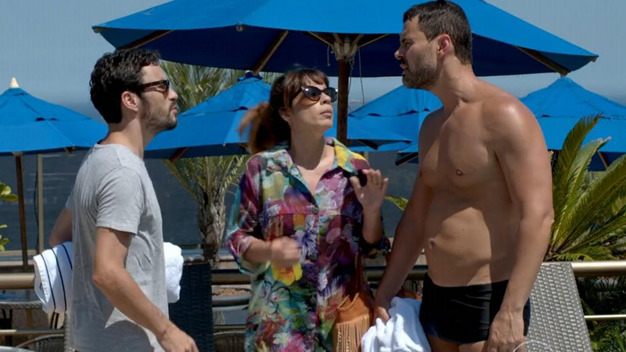 Império: José Pedro arma barraco em piscina de hotel por causa da ex