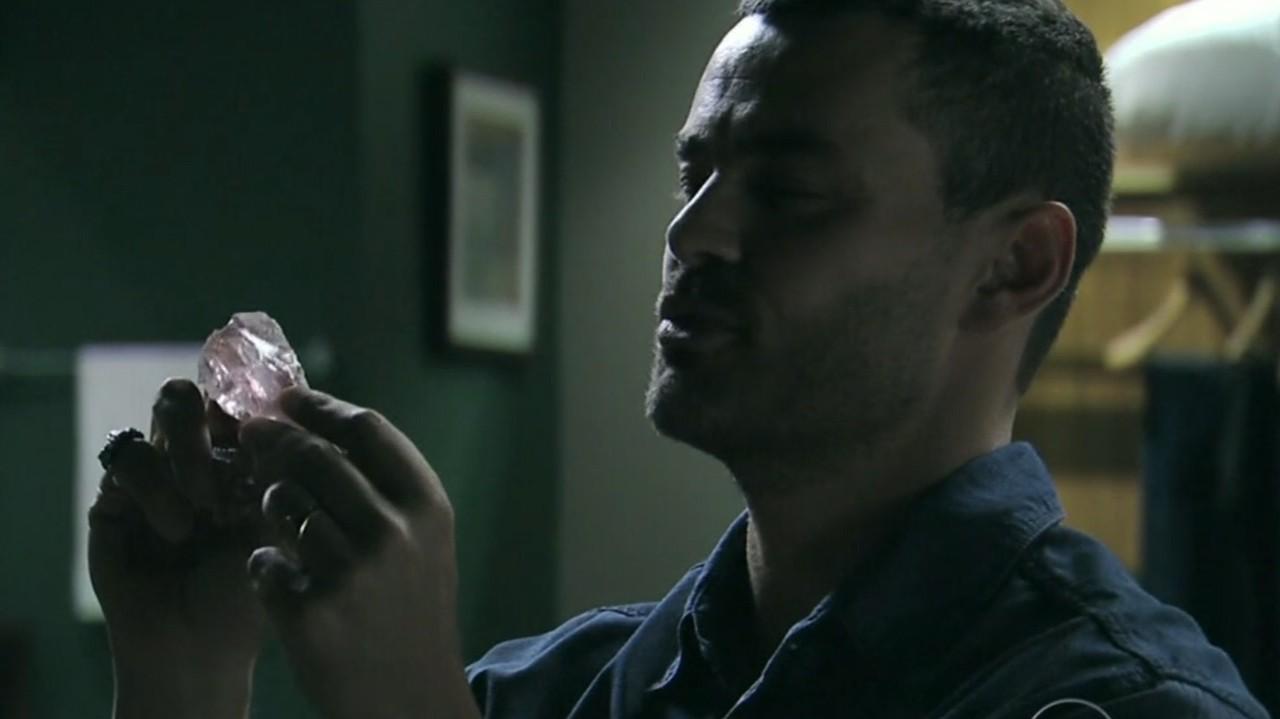 Império: Maurílio revela a Danielle que está com amuleto do comendador e faz proposta
