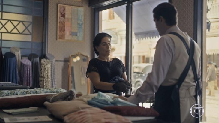 Lola e Almeida conversando em cena de Éramos Seis