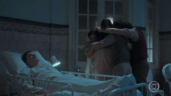 Júlio morto na cama do hospital, e a família abraçada no quarto em Éramos Seis