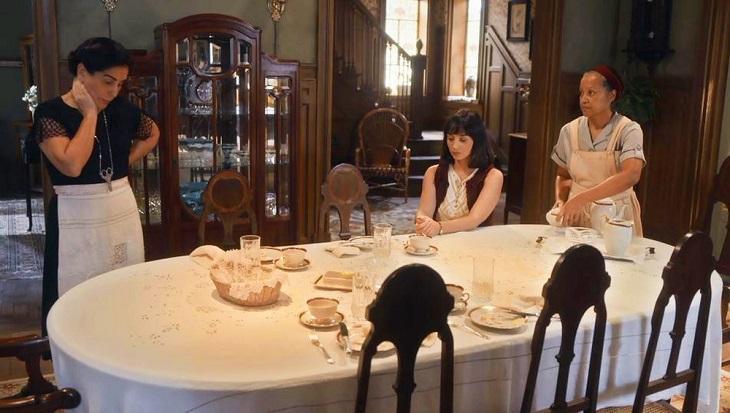 Lola em sua casa ao lado de Clotilde e Durvalina em cena de Éramos Seis