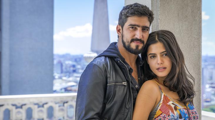 """Protagonistas de """"Órfãos da Terra"""", Julia Dalvia e Renato Góes, posam lado a lado para foto"""