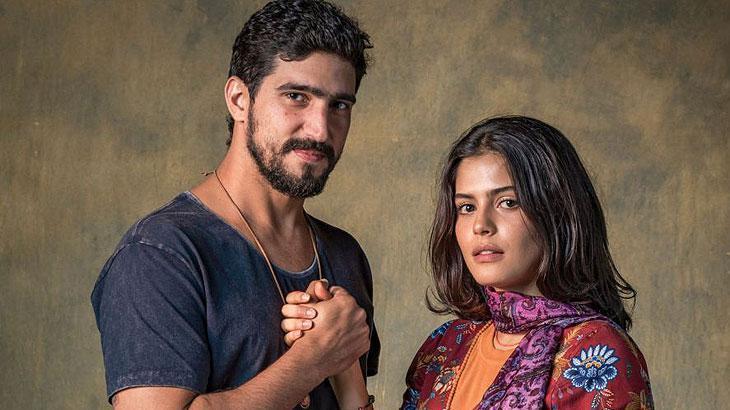 Protagonistas de Órfãos da Terra, Jamil e Laila, posam para foto de mãos dadas.