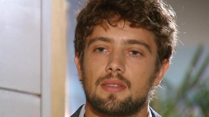 Rodrigo com olhar desatento