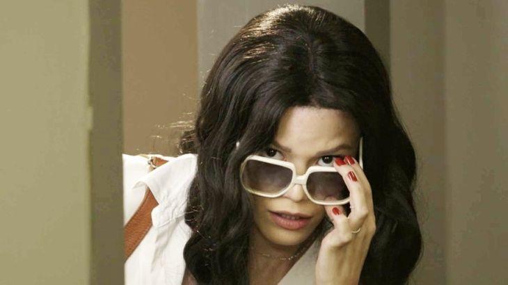Kyra disfarçada com peruca e óculos de sol