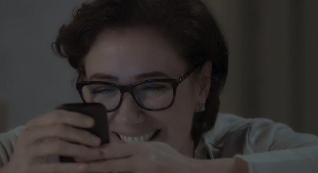 Silvana toda alegre enquanto joga ao celular
